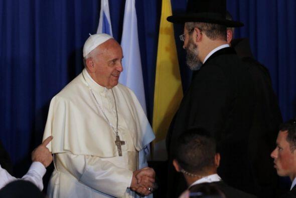 Poco antes, el rabino había entonado una oración en hebreo.