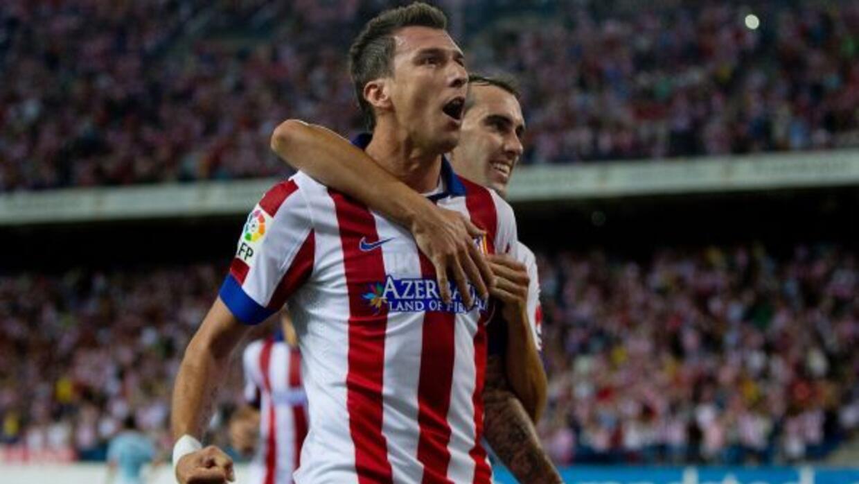 El delantero croata se levantó por todo lo alto para conectar de cabeza...