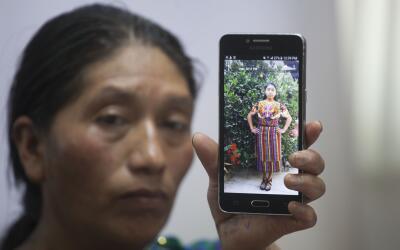 Dominga Vicente muestra la foto de su hija que murió de un dispar...