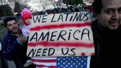Un grupo de latinos en las calles del centro de Washington, DC, durante...