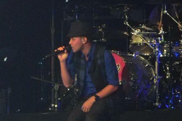 Royce enamoró en el escenario con su suave y romántico tono de voz.