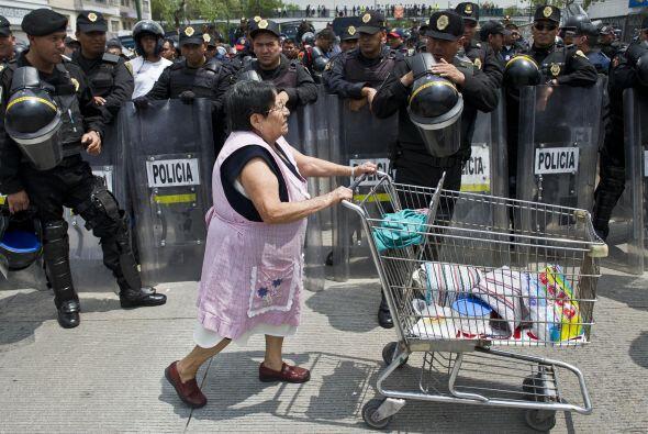 Cientos de agentes antidisturbios fueron desplegados para evitar que los...