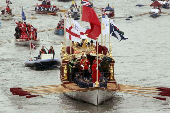 20 MIL PERSONAS- Cerca de tres horas duró el desfile fluvial a lo largo...