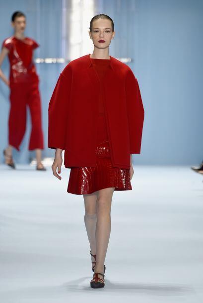 La piel y las telas plastificadas brillaron en colores como el rojo.