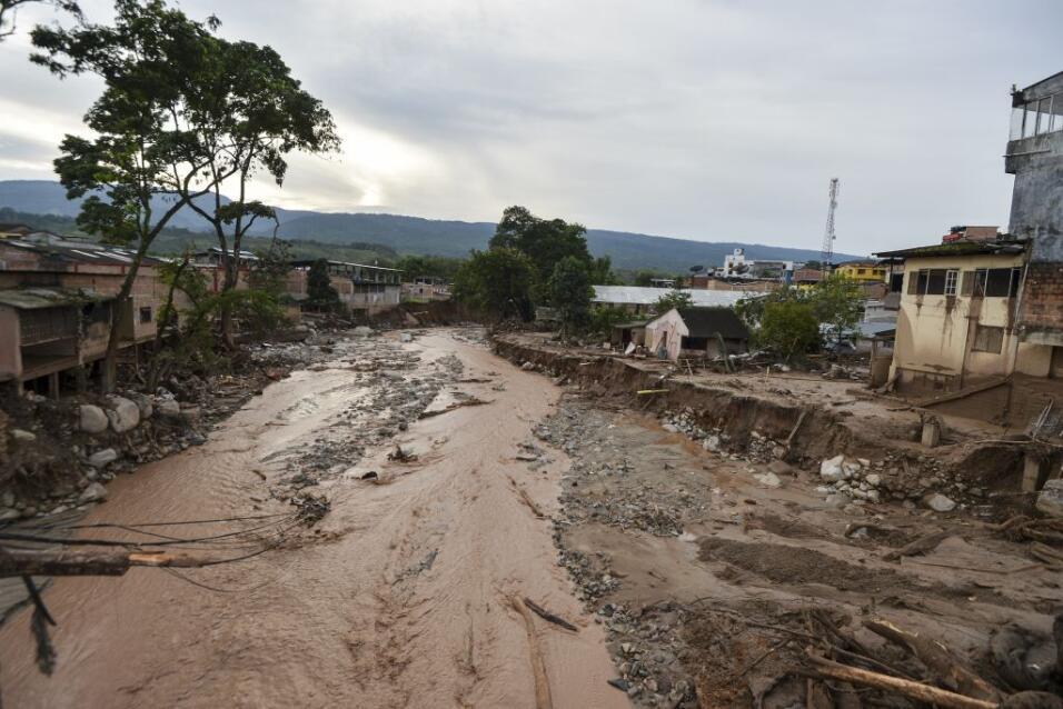 Ríos de lodo, cientos de muertos y decenas de desaparecidos por las inun...