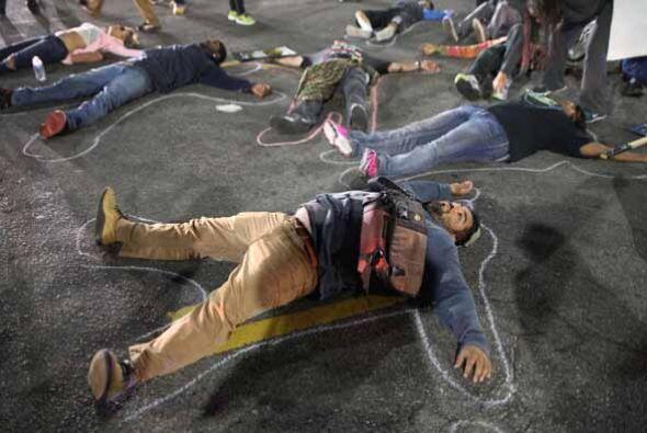 Quienes representaron el caso tumbandose el el piso, representando los c...