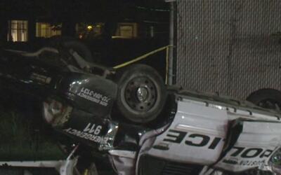 Una oficial se accidenta y el vehículo de la policía termina volcado en...