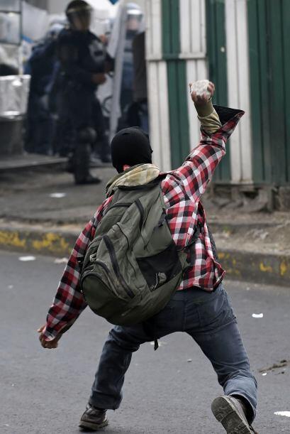 Los manifestantes lanzaron explosivos de fabricación casera.