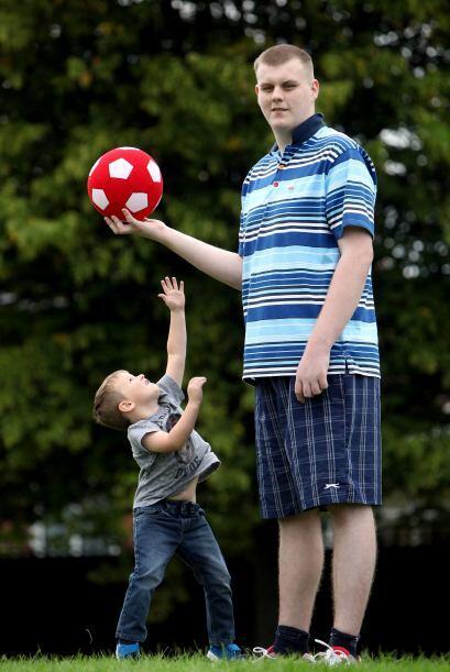 ¡Josh es un adolescente gigante! Mide casi 7 pies de altura y lo más aso...