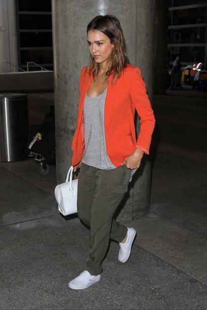 ¡Jessica Alba no se cansa del color anaranjado! Si no es en el maquillaj...