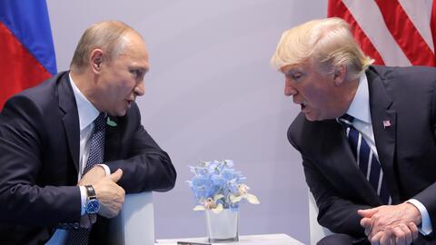 Vladimir Putin y Donald Trump durante su reunión el viernes en Ha...