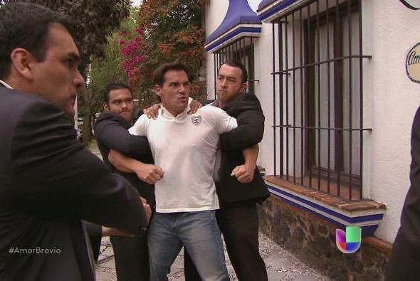 Daniel enfrenta a Dionisio y le dice que no se meterá con Camila,...