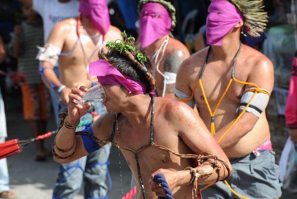 Flagelados y crucificados se cubren el rostro en Filipinas