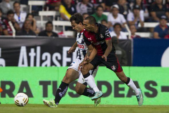 Omar Arellano, de Monterrey, protege el esférico ante la marca del rojin...