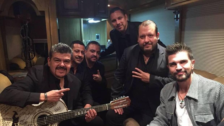 Por primera vez, Juanes cantó a dueto con Beto Zapata de Grupo Pe...