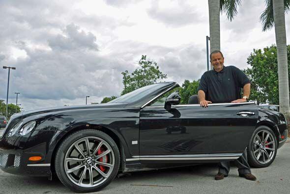 Esste convertible le va muy bien a Raúl para un paseo por Miami Beach co...