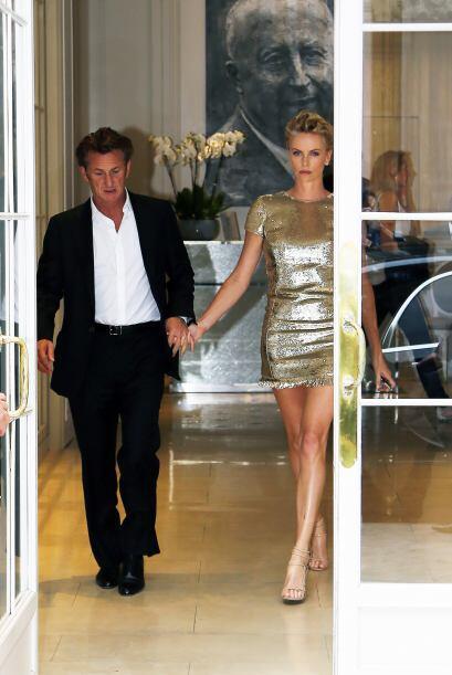 Sean Penn lucía un traje oscuro de Dior con una camisa blanca semi abier...