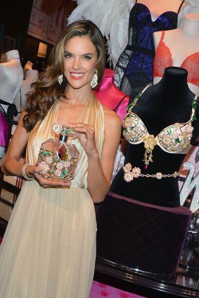 En el busto de Alessandra se pudo admirar preciosos zafiros, rubíes y di...