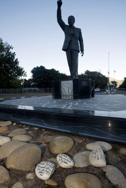 Seguidores de Mandela colocaron piedras con mensajes de apoyo frente de...