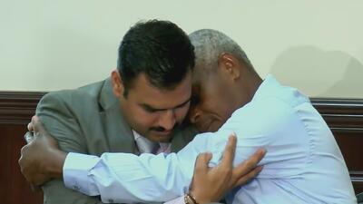 En video: El emotivo encuentro entre un oficial y el hombre al que le salvó la vida