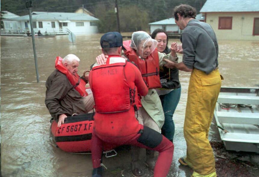 Los bomberos de Monte Río rescatan a una familia cuya vivienda quedó afe...