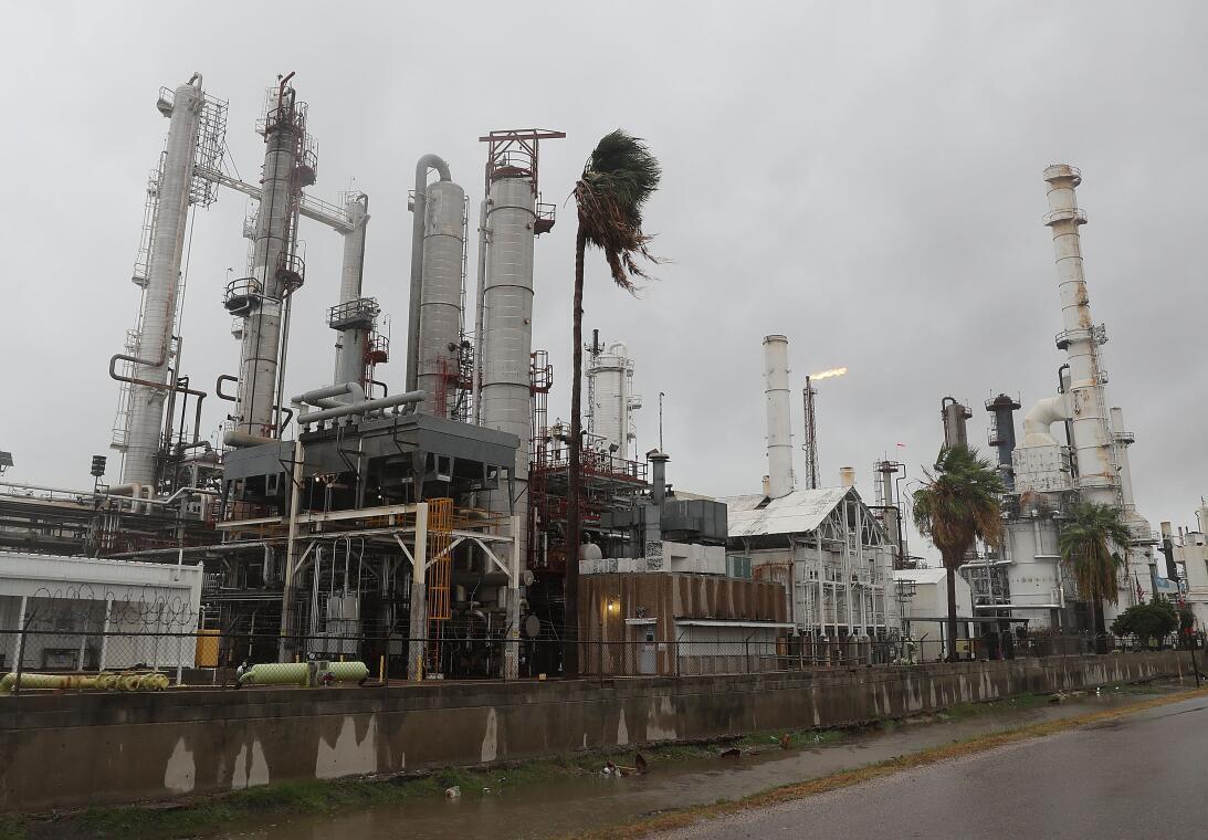 Los vientos del huracán Harvey llegan a una refinería de petróleo en Cor...