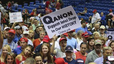 """""""Q"""", un nuevo grupo de teóricos de la conspiración que salió de la red para entrar a los eventos de Trump"""