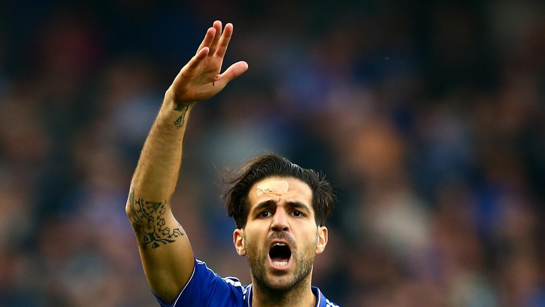 Cesc Fábregas en un duelo con el Chelsea