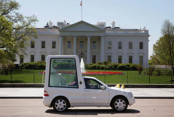 El Papamóvil lleva a Benedicto XVI por las calles de Washington durante...