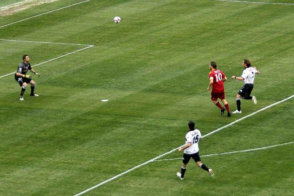 En otro de los encuentros, Francesco Totti abrió el marcador con un gola...
