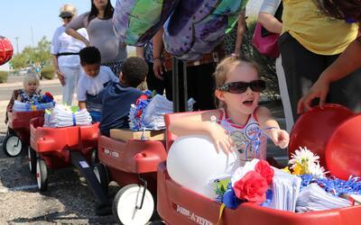 Un grupo de niños montados en carritos llevaron  las firmas a la...