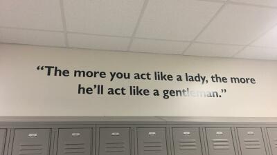 """""""Sexista"""" y """"misógino"""": el mensaje que una escuela de Texas removió tras una lluvia de críticas"""