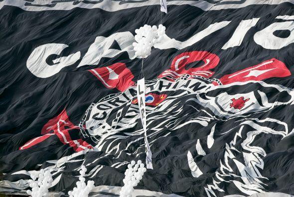 Impresionante bandera del `Timao` en el estadio Pacaembú.  La afición de...