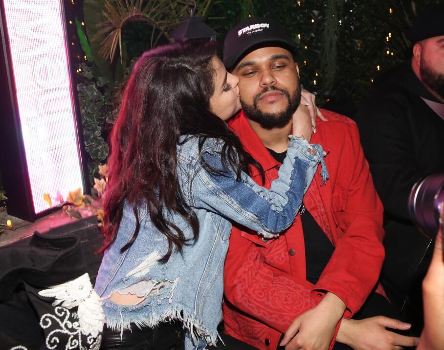 En aquel encuentro también se encontraba presente The Weeknd, actual nov...