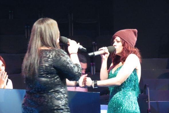 Enseguida, Yazaira y Ana Cristina ensayan un dueto.