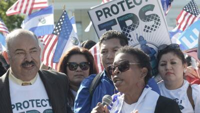 Unos 57,000 inmigrantes indocumentados de Honduras cruzan los dedos para...