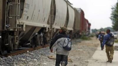 Dada su precaria economía los migrantes hacen grupos y entre todos busca...