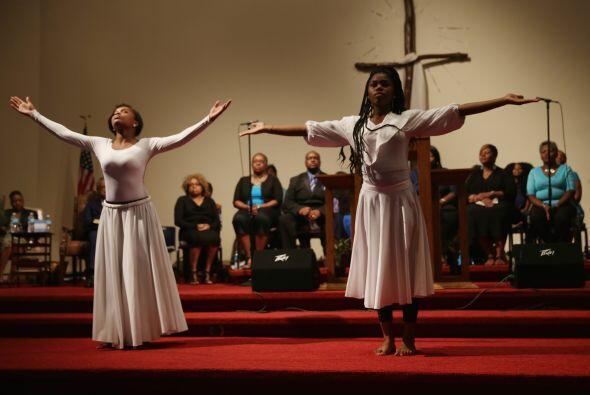 Jamya Mcallister y Arianna Rush realizan una danza para los feligreses d...