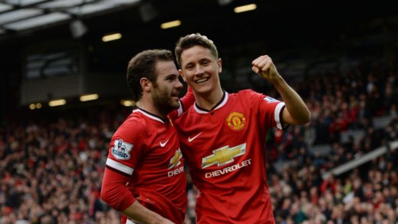 Juan Mata y Ander Herrera, la dupla española del Manchester United, cele...