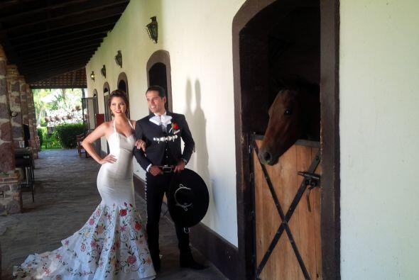 ¿Qué les parece esta imagen de la pareja cerca de los establos? Lindísim...