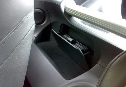 En la parte trasera de los asientos podemos encontrar un pequeño espacio...