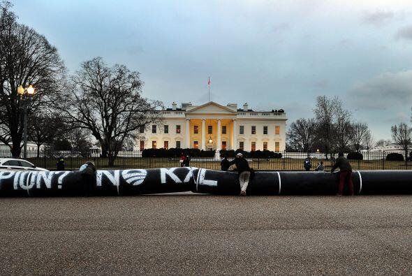 Activistas pusieron un globo en forma de pipa frente a la Casa Blanca pa...