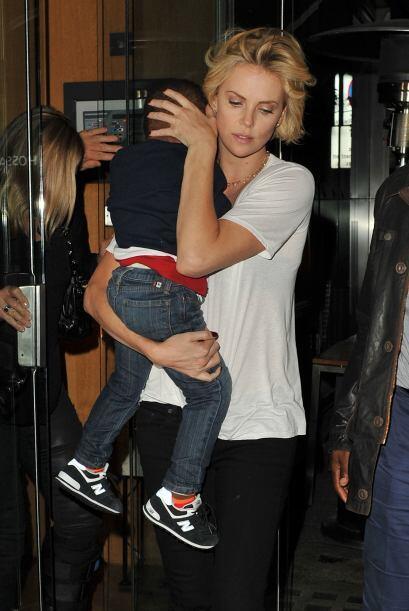 Charlize tardó en salir ya que traía en brazos a su hijo.Mira aquí los v...