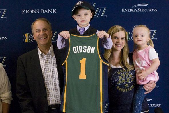 JP Gibson posó con el jersey del Jazz de Utah como una estrella para los...