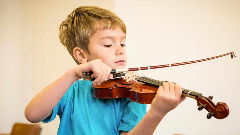 niu00f1o tocando un intrumento musical