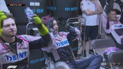 Su gesto lo dice todo: así se lamentó la gente de Force India tras el segundo choque del 'Checo'