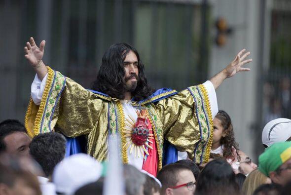 """Un fiel caracterizado como el 'Sagrado Corazón de Jesús"""" escucha al papa..."""