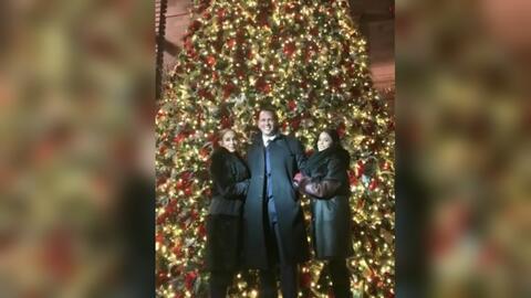 Jennifer López y Alex Rodríguez posaron este lunes en la noche junto a V...