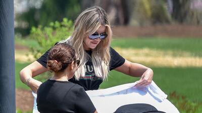 Khloé Kardashian cambia sus súper carros por un cochecito de tres ruedas