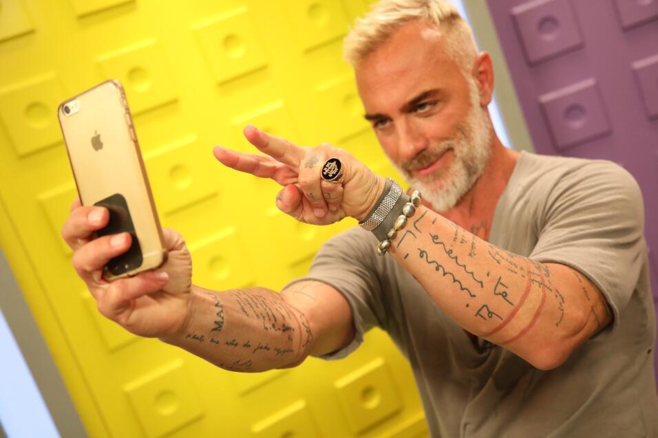 Gianluca Vacchi en el set digital de Premios Juventud.